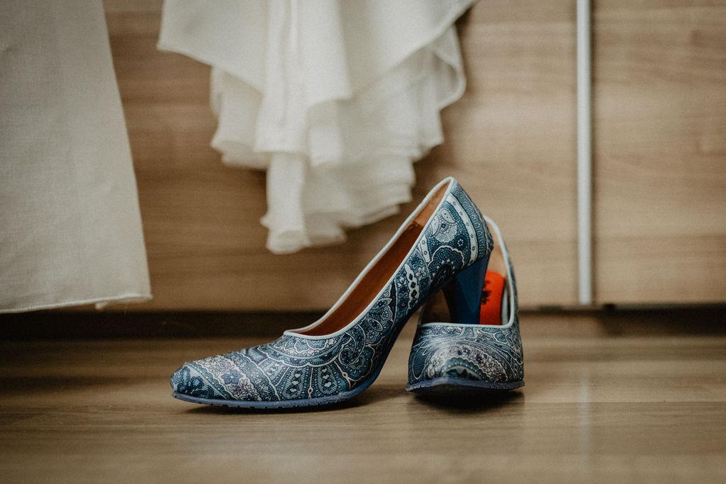 Petrol trouwpak met vlinderstrik en hippe schoenen