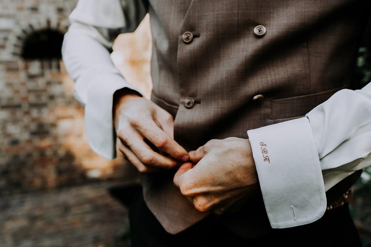 Groengrijs trouwpak met dubbelknoops gilet en kleur
