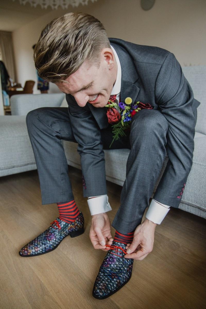 Een superfeestelijk grijs trouwpak met dito schoenen
