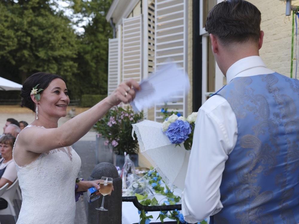 Een blauw trouwpak met dat tikkeltje extra