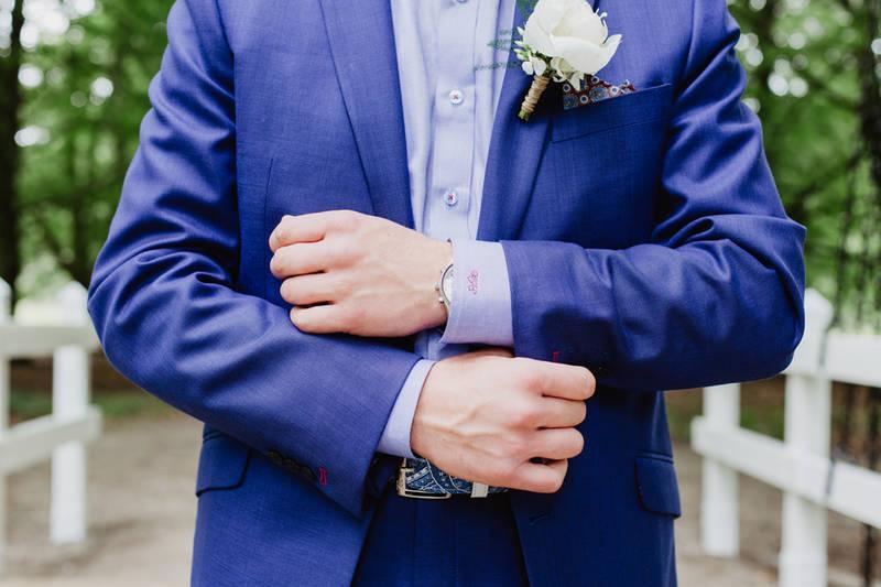 Hippe trouwpak met bretels en vlinderstrik